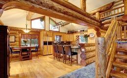 Interior de la casa de la cabaña de madera de la cena y del sitio de la cocina Fotografía de archivo libre de regalías