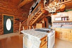 Interior de la casa de la cabaña de madera. Vista del roo de la cocina de la forma del hall de entrada Imagen de archivo libre de regalías