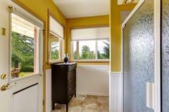 Interior de la casa de la granja Cuarto de baño con la salida al backayrd Fotografía de archivo libre de regalías