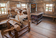Interior de la casa de madera rural vieja Foto de archivo