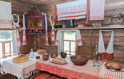 Interior de la casa de madera rural vieja Imágenes de archivo libres de regalías
