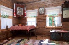 Interior de la casa de madera rural vieja Imagen de archivo libre de regalías