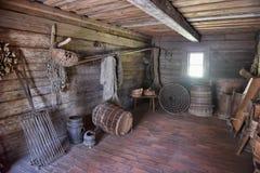 Interior de la casa de madera rural vieja Foto de archivo libre de regalías