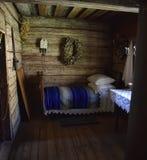 Interior de la casa de madera rural vieja Imagen de archivo