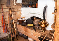 Interior de la casa de madera rural vieja en el museo de la arquitectura de madera Imagen de archivo libre de regalías