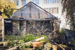Interior de la casa de madera quemada-abajo fotografía de archivo