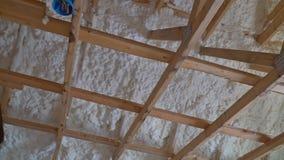 Interior de la casa de marco en vías de la construcción del aislamiento termal que instala en el ático el tejado almacen de video