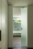 Interior de la casa moderna, cuarto de baño Foto de archivo