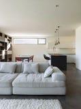 Interior de la casa, sala de estar con la cocina Imagenes de archivo