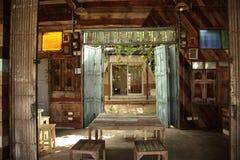 Interior de la casa vieja con luz del sol fotos de archivo