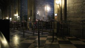 interior de la catedral de la crucifixi?n de Notre Dame de Paris Jesus almacen de metraje de vídeo