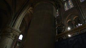 interior de la catedral del vitral de Notre Dame de Paris almacen de video