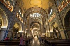 Interior de la catedral de Szeged, con los frescos, el altar y el transepto Los Dom de este Szegedi de la catedral son uno de los foto de archivo libre de regalías