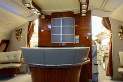 Interior de la clase de negocios de los aviones de Airbus A380 de los emiratos Fotografía de archivo libre de regalías