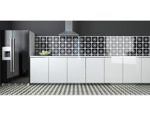 Interior de la cocina blanco y negro grande moderna Fotografía de archivo