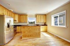 Interior de la cocina con la isla y los tops negros del granito Fotos de archivo