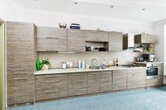 Interior de la cocina con la piel gris modelada Fotos de archivo libres de regalías