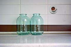 Interior de la cocina con las baterías netas vacías Imagen de archivo
