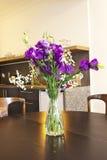 Interior de la cocina con las flores Imagen de archivo
