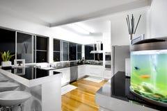 Interior de la cocina con opiniones de la ciudad Imágenes de archivo libres de regalías