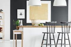 Interior de la cocina del color del contraste imágenes de archivo libres de regalías