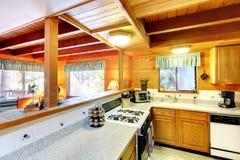 Interior de la cocina en casa de la cabaña de madera Imagenes de archivo
