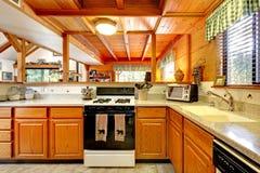 Interior de la cocina en casa de la cabaña de madera Foto de archivo libre de regalías