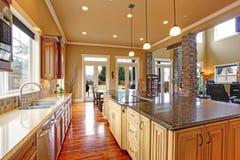 Interior de la cocina en casa de lujo Imagen de archivo