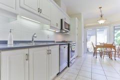 Interior de la cocina en nuevo hogar de lujo imágenes de archivo libres de regalías