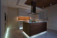 Interior de la cocina en nuevo hogar de lujo fotografía de archivo