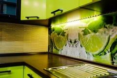 Interior de la cocina en tonos verdes claros Imagen de archivo libre de regalías