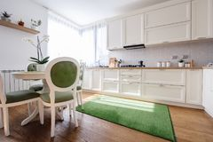 Interior de la cocina en un nuevo hogar de lujo imagen de archivo