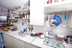 Interior de la cocina nacional con los utensilios y los estantes Imágenes de archivo libres de regalías