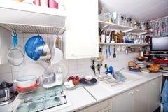 Interior de la cocina nacional con los utensilios y los estantes Fotografía de archivo libre de regalías
