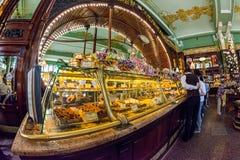 Interior de la comida Pasillo de Yeliseev Constr del colmado de Yeliseyev Imagen de archivo libre de regalías