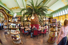 Interior de la comida Pasillo del ` s de Yeliseev Constr del colmado de Yeliseyev Imagen de archivo libre de regalías
