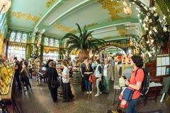 Interior de la comida Pasillo del ` s de Yeliseev Constr del colmado de Yeliseyev Fotografía de archivo