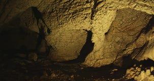 Interior de la cueva almacen de metraje de vídeo