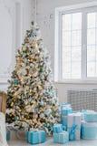 Interior de la decoración del árbol de navidad en casa con las cajas de regalo azules Foto de archivo libre de regalías