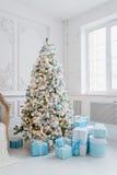Interior de la decoración del árbol de navidad en casa con las cajas de regalo azules Imagenes de archivo