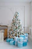 Interior de la decoración del árbol de navidad en casa con las cajas de regalo azules Imagen de archivo libre de regalías