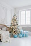 Interior de la decoración del árbol de navidad en casa con las cajas de regalo azules Imagen de archivo