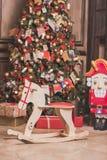 Interior de la decoración del sitio de la Navidad con la silla del caballo, el árbol del Año Nuevo y el cascanueces Efecto entona Foto de archivo