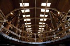 Interior de la destilería del whisky con los alambiques foto de archivo