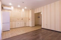Interior de la entrada del apartamento-estudio al sitio y a la cocina sin auriculares Fotos de archivo libres de regalías