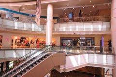 Interior de la escalera móvil de la alameda de compras Foto de archivo libre de regalías