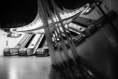 Interior de la estación del metro de Southwark que muestra las escaleras móviles reflejadas en los paneles de cristal foto de archivo libre de regalías