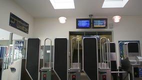 Interior de la estación de tren parisiense con la gente de los viajeros almacen de metraje de vídeo