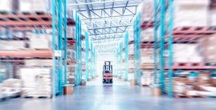 Interior de la estructura del metal de Warehouse con la carretilla elevadora en foco selectivo imagen de archivo
