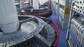 Interior de la fábrica de la materia textil Fabricación del hilado Concepto industrial almacen de video